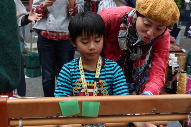 Learning to loom at a young age, a yiung artisan is born.